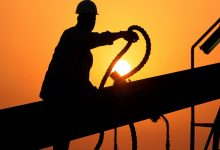صورة محللون نفطيون: ارتفاع سعر النفط الى 100 دولار للبرميل قد يسبب ازمة تضخم عالمية